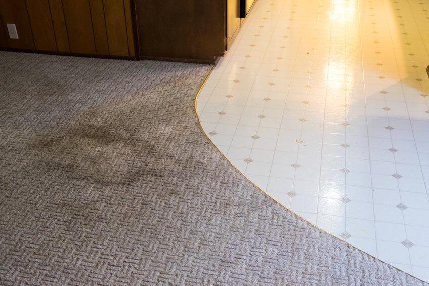 כתם בשטיח משרדי